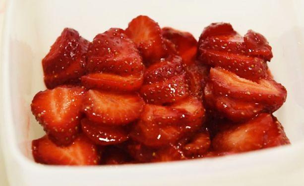 Viipaloituja mansikoita mahtuu rasiaan enemmän.