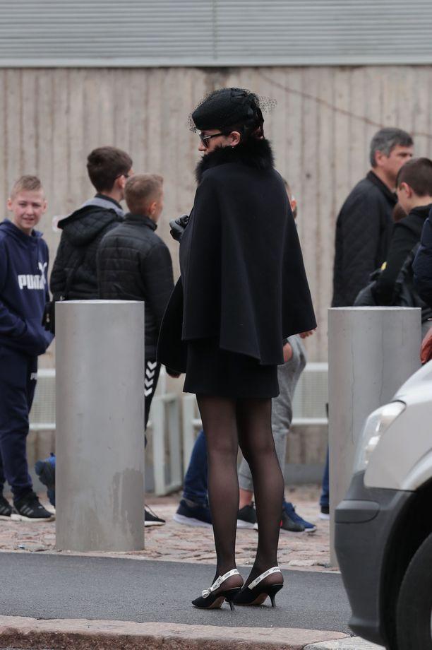 Karina-tytär oli pukeutunut mustaan pillerihattuun.