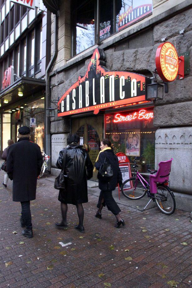 Jalankulkijoita Hämeenkadulla entisen Casablanca-baarin edessä lokakuussa 1999. Raisa Räisänen vietti viimeisen iltansa ennen katoamistaan kyseisessä ravintolassa.