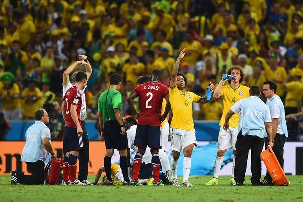 Joukkueen huoltaja ilmoitti pian, että Neymar on vaihdettava kentältä pois.