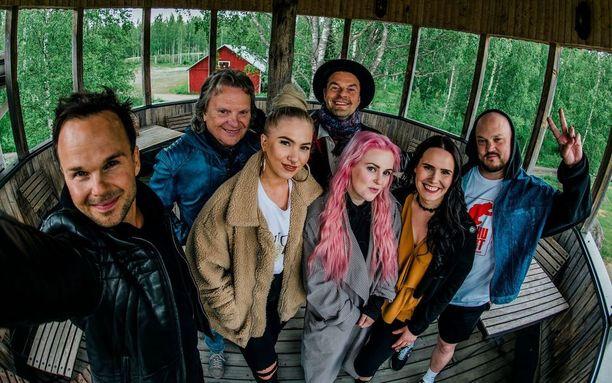 Satulinnassa kuullaan Lauri Ylöstä, Pepe Willbergiä, Evelinaa, Tuure Kilpeläistä, Ellinooraa, Anne Mattilaa ja Pyhimystä.