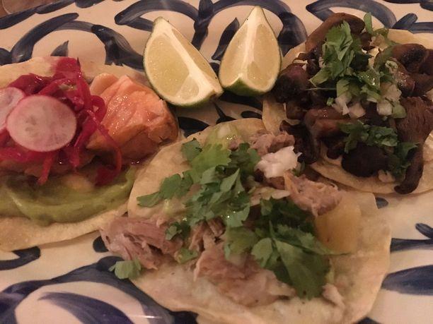 Aidot meksikolaiset tacot ovet pehmeitä. Yucassa niitä saa eri täytteillä, tässä lohta, possua sekä sieniä.