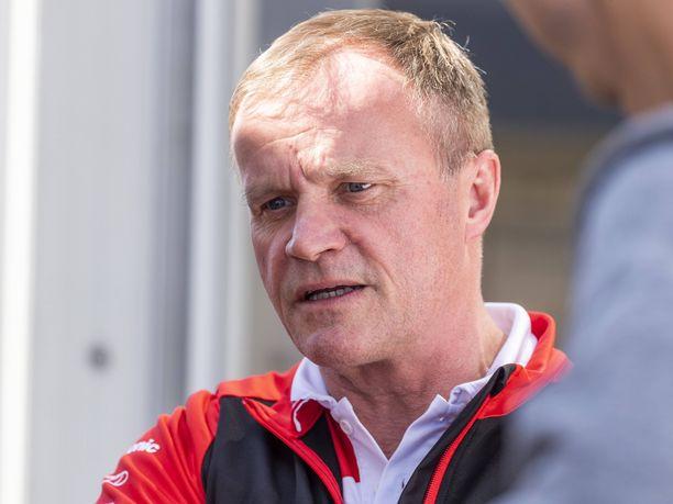 Tommi Mäkisen mukaan Jari-Matti Latvalalla ja Kris Meekellä ei ollut mitään syytä ahnehtia. Toisaalta ex-kuljettaja ymmärsi sen, että kun kypärä vedetään päähän, kaikki muu kuin ajaminen unohtuu.