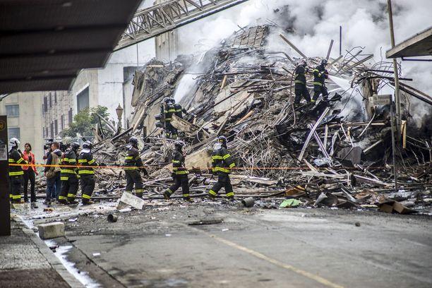 Palokunta sammuttaa raunioita yhä.