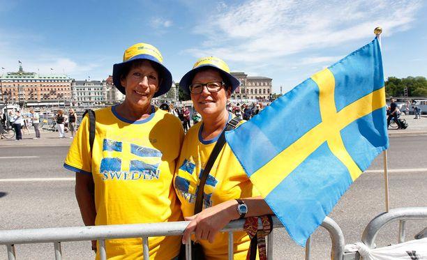 Saksalaiset Elsbeth Peeschkowiak ja Elke Besuch-Tempel ostivat hattunsa lauantaiaamuna Tukholmasta.