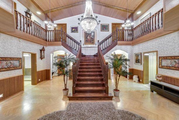Näinkin hulppean portaikon voi rakentaa, jos kotona sattuu olemaan reilusti tilaa. Jalopuiset portaat todella tekevät vaikutuksen heti sisään astuessa.
