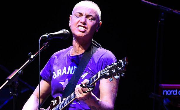 Irlantilainen poplaulaja Sinéad O'Connorin kappaleisiin kuuluu Nothing Compares 2 U.