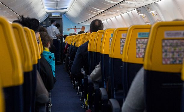 Matkustajien mukaan henkilökunta ei tehnyt mitään lemmenleikkien pysäyttämiseksi, vaikka osa matkustajista oli järkyttyneitä.