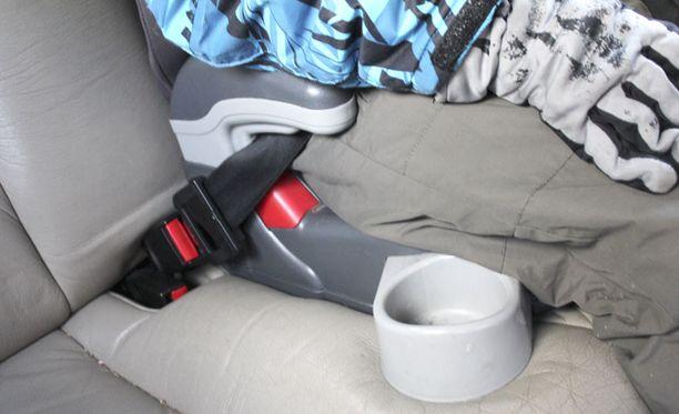 KOROKE Turvavyöistuin nostaa lapsen korkeammalle, jotta turvavyö ei olisi kaulan korkeudella.