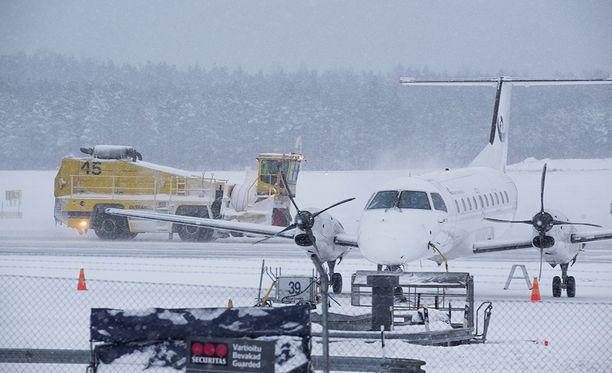Helsinki-Vantaan lentokenttä on tunnettu snowhow -osaamisestaan, mutta pääsiäismaanantaina se ei estä lentojen peruutuksia.