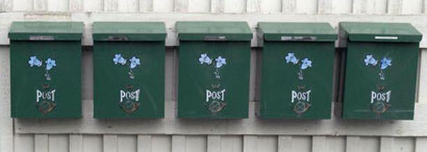 Postilaatikot kärsivät rattijuopon öisestä reissusta. Kuvan postilaatikot eivät liity tapaukseen.