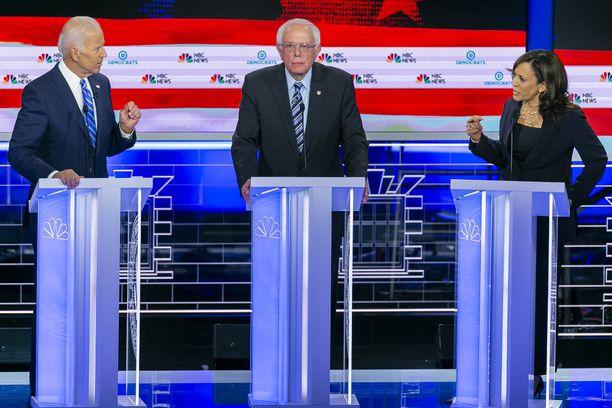 Biden (vas.) ja Harris (oik.) kävivät kuumaa debattia. Sanders jäi tällä kertaa välimaastoon.