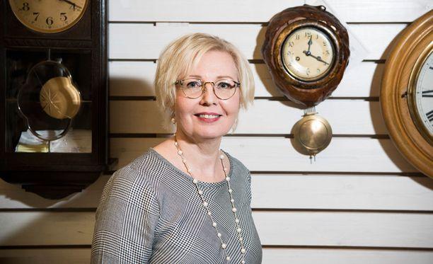 Rehtori Tiina Parikka kertoo, että kelloseppäkoulusta valmistuneet ovat työllistyneet viime vuosina hyvin.