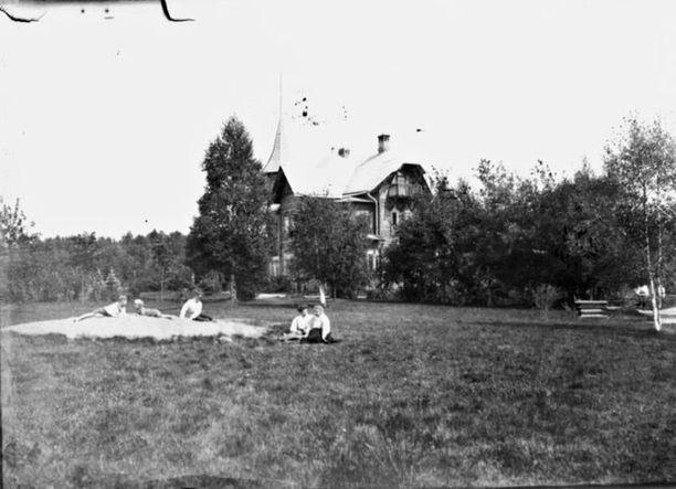 Kesän viettoa Terijoen Kuokkalassa 1900-luvun alussa.