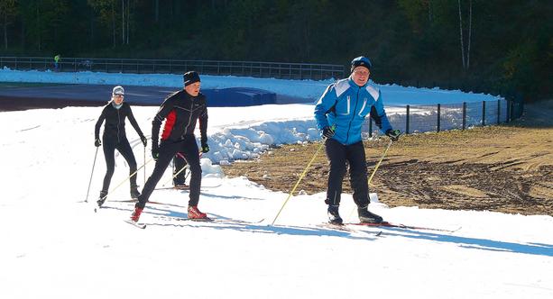 Kouvolan Valkealassa pääsee jo nyt hiihtämään tykkilumella kilometrin mittaista latua, joka avattiin sunnuntaina.