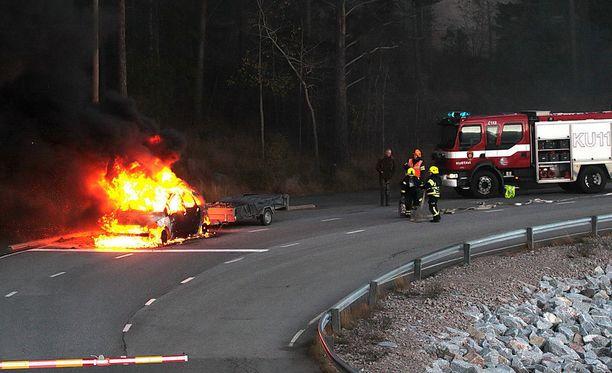 Auto oli jo ilmiliekeissä, kun pelastuslaitos saapui paikalle sammuttumaan tulipaloa.