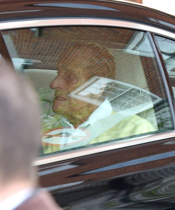 Prinssi Philip matkasi sairaalasta auton takapenkillä.