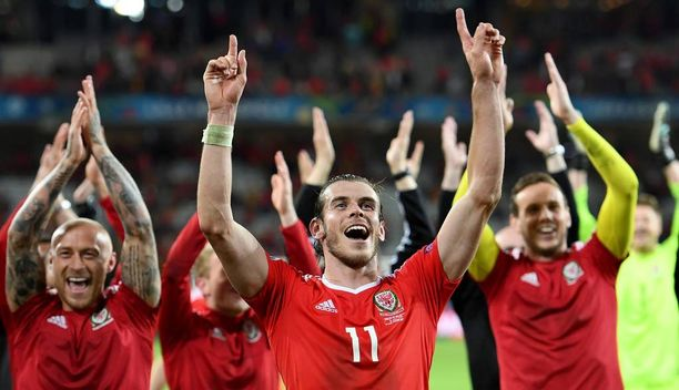 Gareth Bale ja muut Walesin pelaajat huudattivat faneja Belgia-voiton jälkeen.