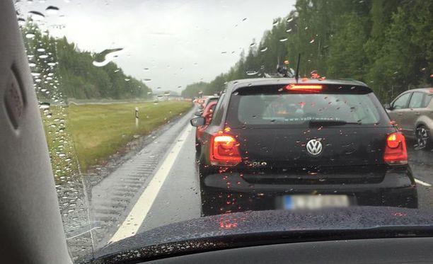 Ketjukolari pysäytti liikenteen täysin.