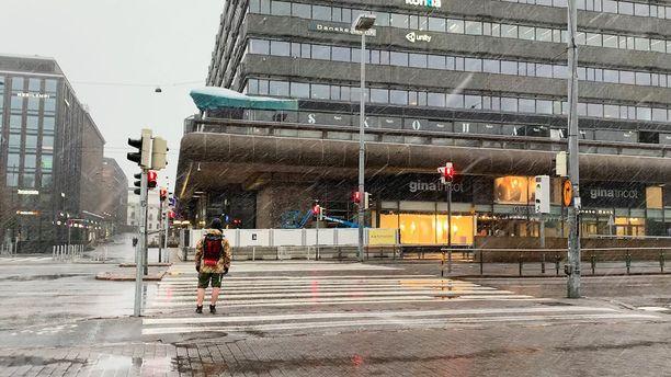 Monimuotoiset sadekuurot ovat tulleet viime päivinä tutuiksi eteläisintä Suomea myöten. Kuvassa perjantainen räntäkuuro Helsingissä.