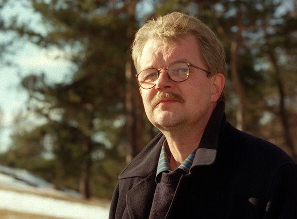 Jori Sivonen kuvattuna 50-vuotispäivänsä yhteydessä keväällä 1998. Sivonen teki kappaleita myös salanimellä Onni Outava.