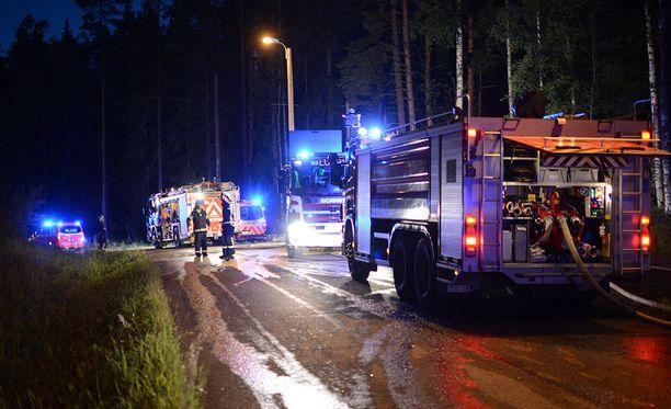 Palopaikalla oli yhteensä 11 pelastuslaitoksen yksikköä.