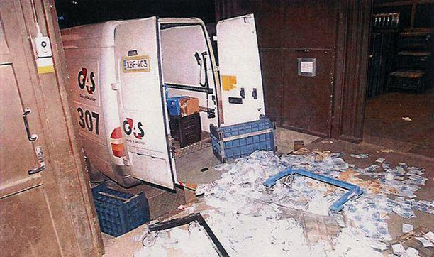 Poliisin kuva Suomen Pankin Turun konttorin lastauslaiturilta, jonne osa seteleistä levisi ryöstön yhteydessä.
