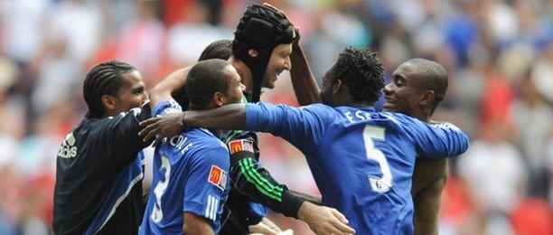 Chelsean maalivahti Petr Cech (keskellä) nousi sankariksi rangaistuspotkukilpailussa.