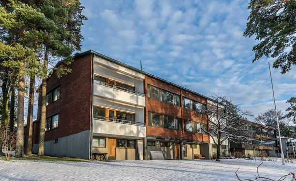 Tämä kerrostalo sijaitsee Munkkiniemessä.
