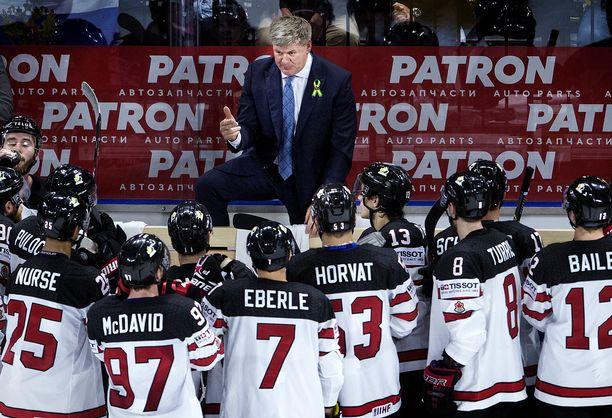 Bill Peters on valmentanut myös Kanadan maajoukkuetta. Marraskuun lopussa hän sai potkut NHL:ssä rasismi- ja väkivaltasyytösten vuoksi.