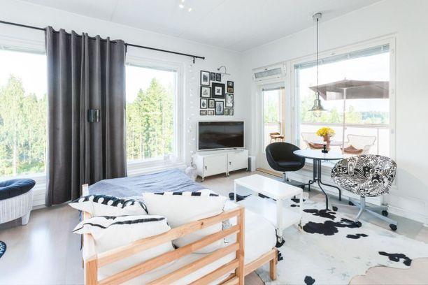 Tampereella sijaitsevassa 35,5 neliön yksiössä on hyödynnetty jokainen neliö ja nurkka. Isot ikkunat tekevät kodista avaran.