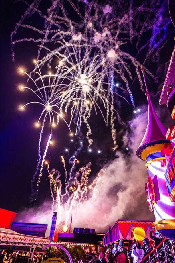 Sekä karnevaalin alussa että lopussa näyhdään ilotulitus.