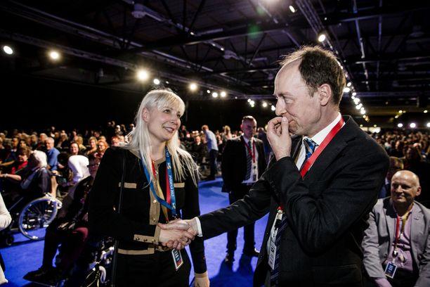 Laura Huhtasaari (vas.) jättäytyi heti sivuun, kun perussuomalaiset aloittivat kilpailun Jussi Halla-ahon seuraajan nimestä. Vuonna 2017 Huhtasaari valittiin äänivyöryllä varapuheenjohtajaksi, mutta 2019 porilainen ei ollut ehdolla luottamustehtäviin.