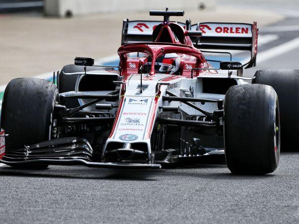 Kimi Räikkösen autosta hajosi kisan lopussa etusiipi, mutta sillä ei ollut enää mitään merkitystä.