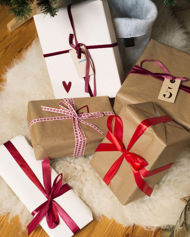 Joulupakettien ja muun postin lähettämistä ulkomaille suunnittelevan kannattaa tarkistaa Postin sivuilta, mihin maihin se onnistuu. Koronan vuoksi ongelmia on etenkin Etelä-Amerikan ja Afrikan maissa.