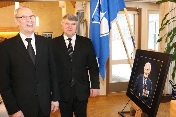 Ylikonstaapeli Armas Ilvo oli maalaispoliisina työskennelleen Pentti Hekkasen partiokaveri 1960-luvulla. Ylikonstaapeli Esko Kantola kävi Ilvon kanssa metsäkeikalla vielä joulukuussa 2016.
