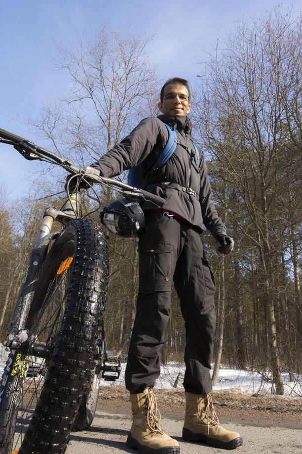Miten voit pyöräillä -30 asteen pakkasessa, kysytään Prateek Singhiltä hänen kotimaassaan Intiassa.