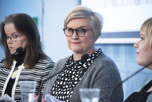Ministeri Anu Vehviläinen (kesk) luonnehti, että leikkauksista ja asiakasmaksujen korotuksista puhuvat kansanedustajat antavat jo etukäteen epäluottamuslauseen tulevien maakuntien päättäjille.
