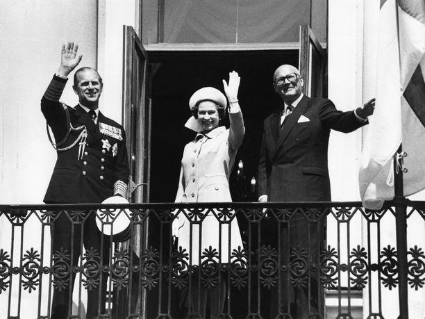 Kuningatar Elisabet II ja puolisonsa prinssi Philip sekä presidentti Urho Kekkonen vilkuttivat kuningatarta kauppatorille ihailemaan saapuneelle väkijoukolle.