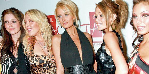 Paris Hilton ja ensimmäisen kauden ystäväkokelaat.