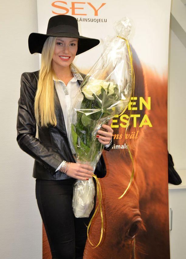 Krista Haapalainen sai onnittelukukat Eläinsuojelugaalan tekijätiimiltä hienosta suorituksestaan Miss Maailma -kisoissa.