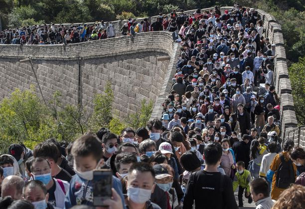 Suosituin pätkä Kiinan muuria on Badalingissa lähellä Pekingiä. Turvavälit näyttävät unohtuneen.