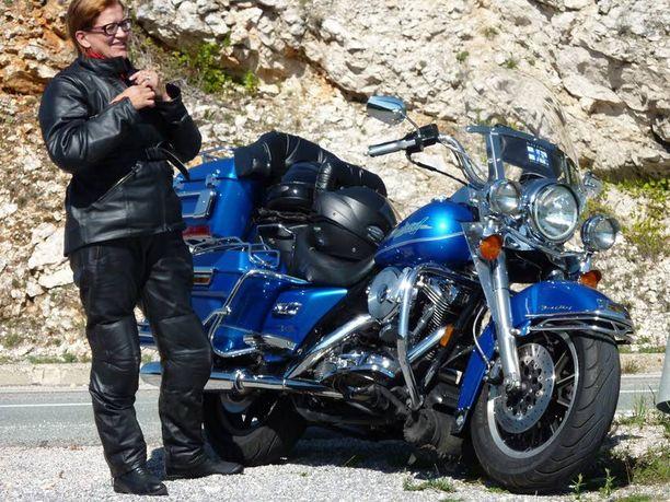 Matkanteko Keckmanien moottoripyörällä päättyi eturenkaan puhkeamiseen.