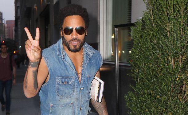 Rocktähti Lenny Kravitzin supertiukat nahkahousut eivät kestäneet keikkakyykkyä.