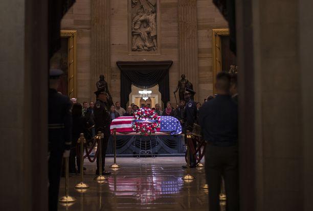 Presidentti George H.W. Bushin arkku on ollut esillä Washingtonissa.