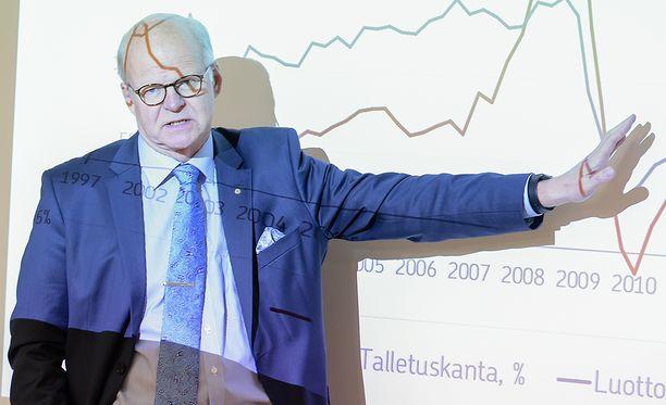 OP:n pääjohtaja Reijo Karhinen sanoi maaliskuussa 2015, että luottamus Suomeen palautettaisiin muun muassa palkkamaltilla, verotusta keventämällä ja julkista sektoria tehostamalla.