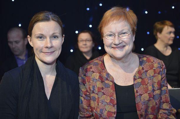 Anna ja Tarja Halonen vuonna 2012. Halonen ei noussut Rissalan turmakoneen kyytiin, koska neuvolalääkäri kielsi viimeisillään raskaana olleelta Tarjalta lentomatkustamisen.