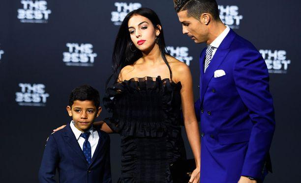 Huomio oli taattu, kun Cristiano Ronaldo saapui Fifan palkintogaalaan tyttöystävänsä ja poikansa kanssa.