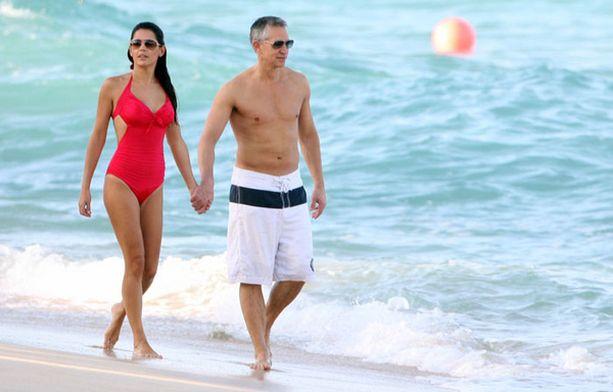 Ex-futaaja Gary Lineker ja kuvankaunis vaimo Danielle romanttisella kävelyllä Barbadoksella.
