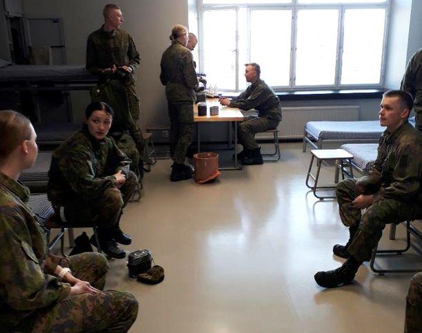 Yhteistupakokeilu käynnistyi toukokuussa Reserviupseerikoulussa Haminassa. Iltalehden haastattelussa upseerioppilaat olivat tyytyväisiä uuteen järjestelyyn ja pitivät sitä luonnollisena ratkaisuna.